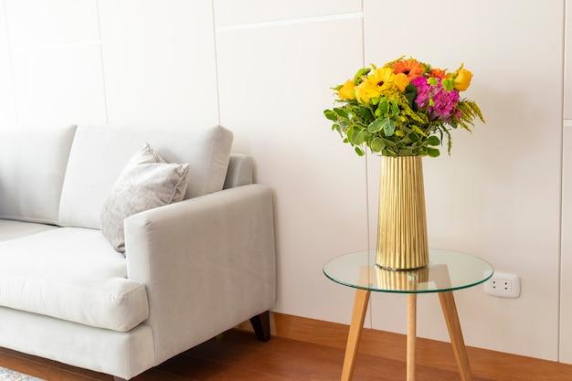 Arreglo floral de hortensias en una bonita sala de estar