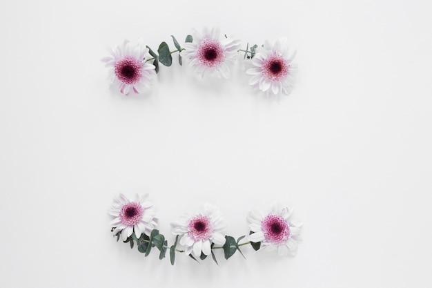 Arreglo floral de primavera minimalista en el fondo del espacio de copia