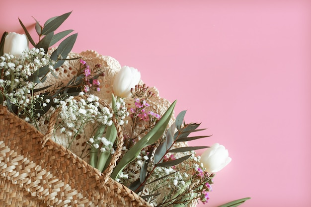Arreglo floral de primavera sobre un fondo rosa