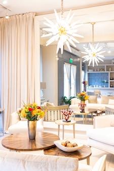 Arreglo floral de rosas y claveles que decoran el salón de la casa.