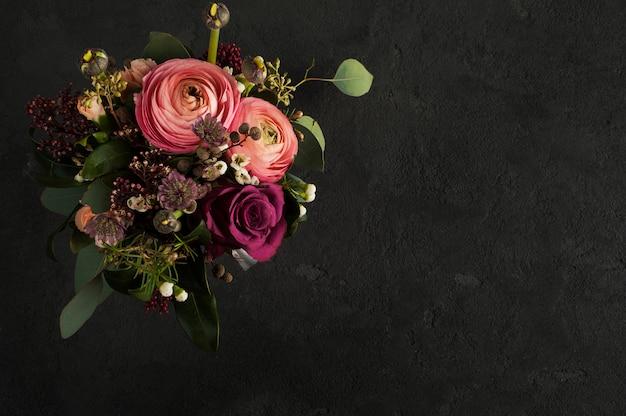 Arreglo floral de rosas y ranúnculos