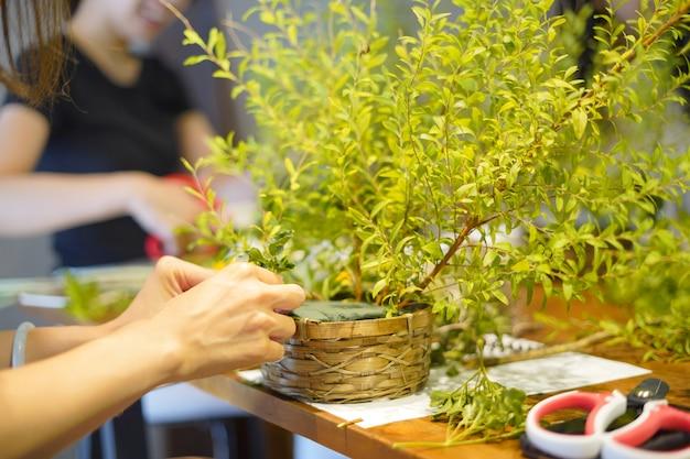Arreglo floral en un taller