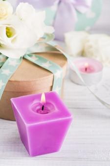 Arreglo de flores blancas y cajas de regalo.