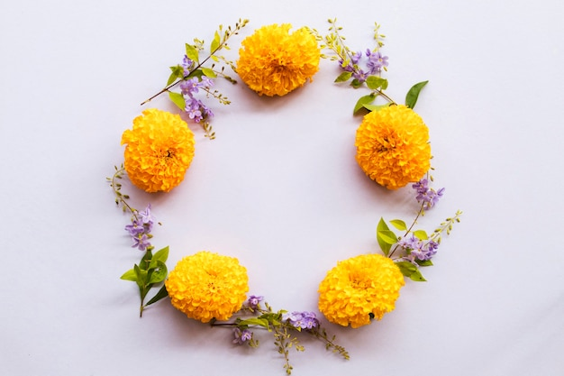 Arreglo de flores de caléndula círculo estilo postal