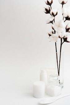 Arreglo con flores y fondo blanco.