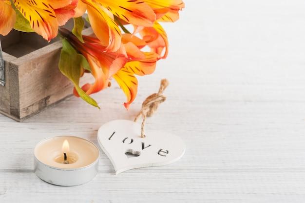 Arreglo de flores de lirio naranja en caja de madera, corazón