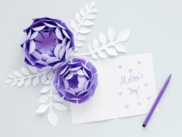 Arreglo de flores de papel púrpura vista superior