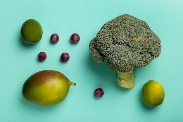 Arreglo de frutas y brócoli de vista superior