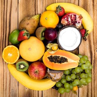 Arreglo de frutas exóticas sobre fondo de madera