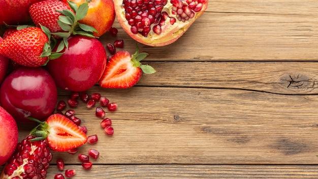 Arreglo de frutas frescas en plano