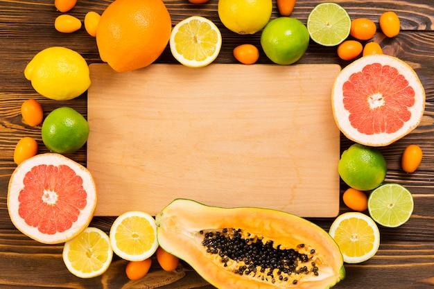 Arreglo de frutas y tabla de cortar