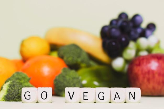Arreglo con frutas y verduras frescas.