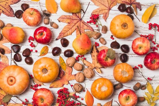 Arreglo de frutas y verduras de otoño.