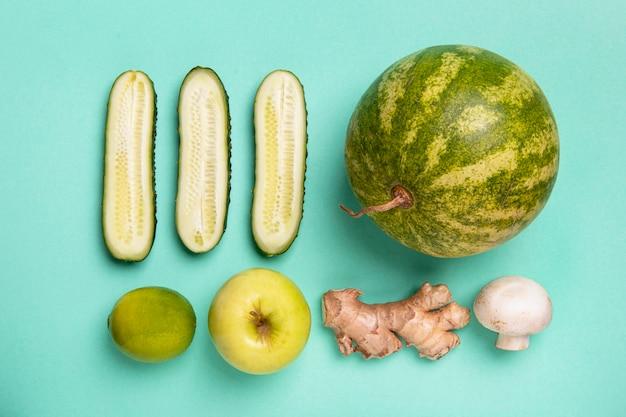 Arreglo de frutas y verduras de vista superior