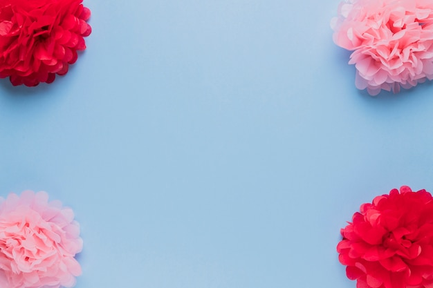 Arreglo de hermosa flor falsa roja y rosa para decoración.
