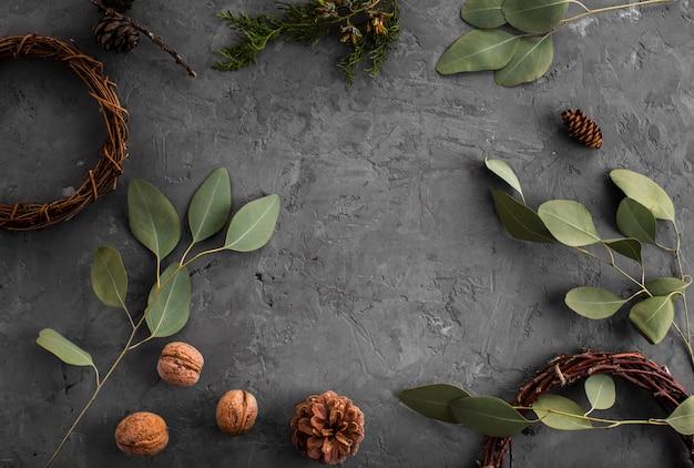 Arreglo de hojas, nueces y piñas.