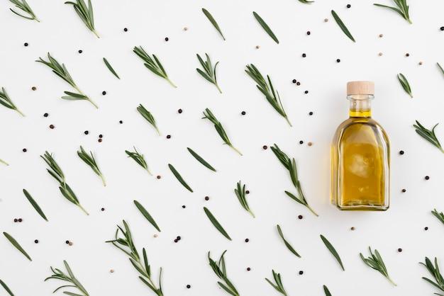 Arreglo de hojas de olivo con aceite en botella