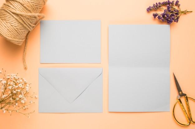 Arreglo de invitación de boda en blanco