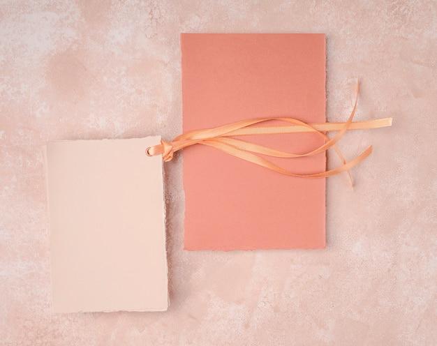 Arreglo de invitaciones de boda minimalista