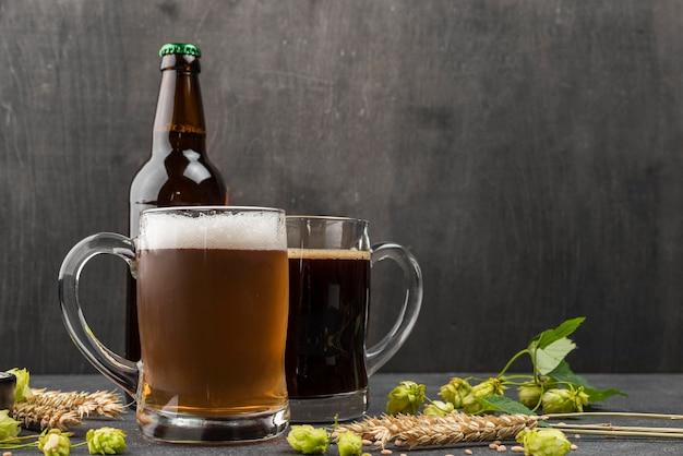 Arreglo con jarras de cerveza y botella.