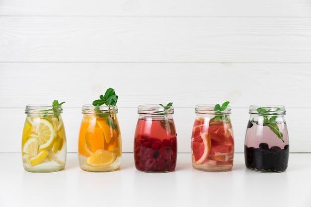 Arreglo de jugo de fruta fresca.