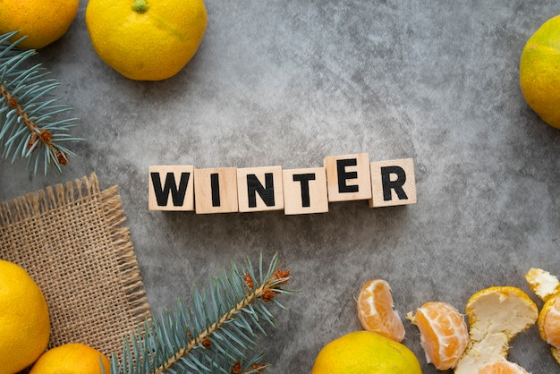 Arreglo laico flay con palabra de invierno y fondo de estuco
