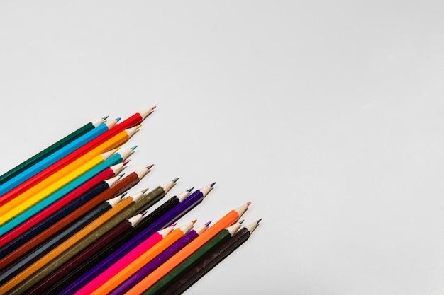 Arreglo de lápices de colores y espacio de copia