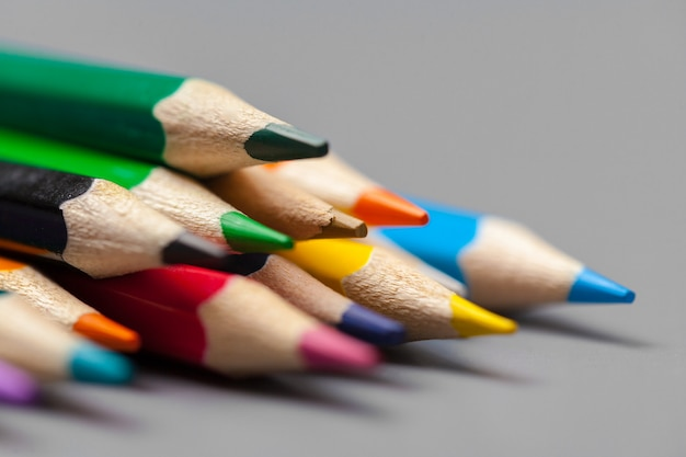 Arreglo de lápices de colores sobre gris