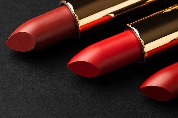 Arreglo de lápices labiales rojos de cerca