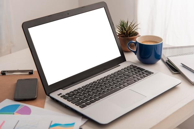 Arreglo con laptop y cafe
