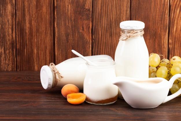 Arreglo de leche y fruta.