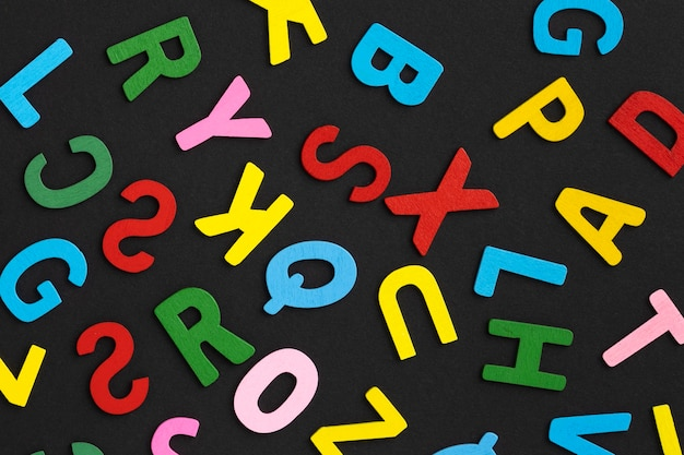 Arreglo de letras coloridas de vista superior