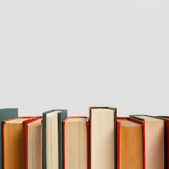 Arreglo de libros antiguos con espacio de copia