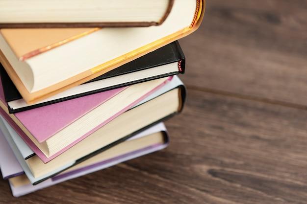 Arreglo de libros coloridos en mesa de madera