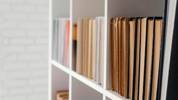 Arreglo de libros en estantería