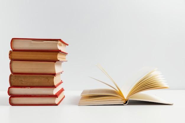 Arreglo de libros con fondo blanco.