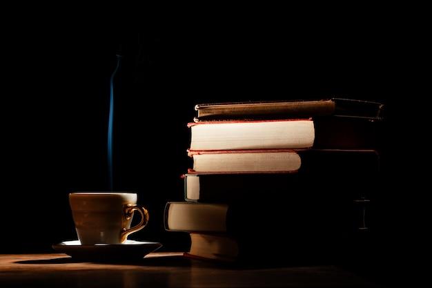 Arreglo con libros y fondo oscuro