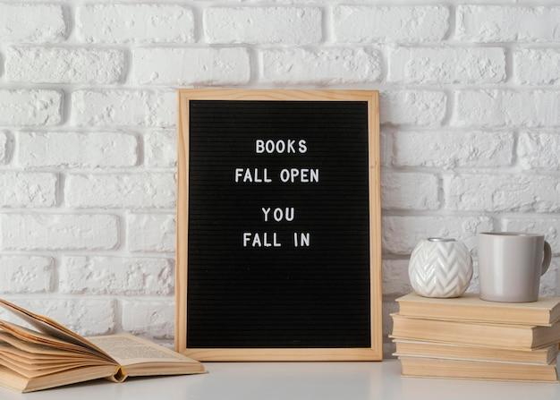 Arreglo de libros y mensajes inspiradores