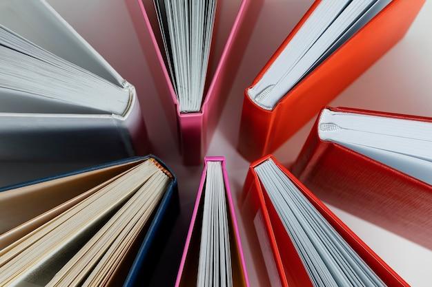 Arreglo de libros con portadas de colores