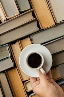 Arreglo de libros con taza de café