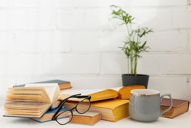 Arreglo con libros y taza