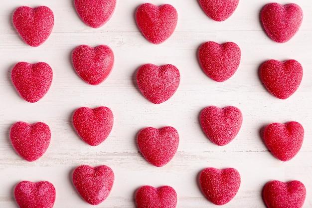 Arreglo lindo del corazón en plano
