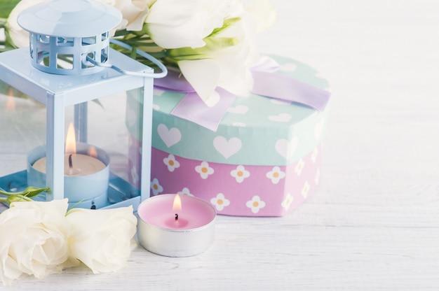 Arreglo de linternas azules, flores, caja de regalo en colores pastel
