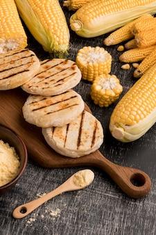 Arreglo de maíz y arepas en ángulo alto