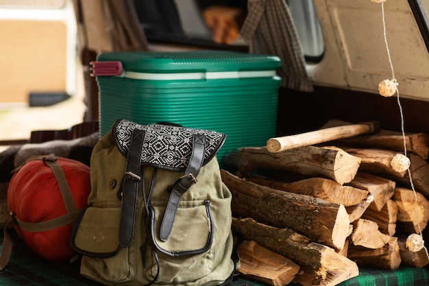 Arreglo con maletas y madera.