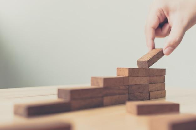 Arreglo a mano de bloques de madera apilados como escalones.