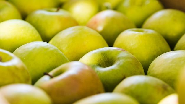 Arreglo de manzana verde orgánica fresca en el mercado de agricultores
