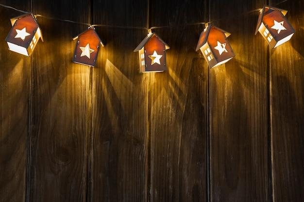 Arreglo con marco de casa iluminado y espacio de copia