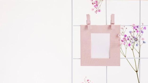 Arreglo con marco y flores de colores.