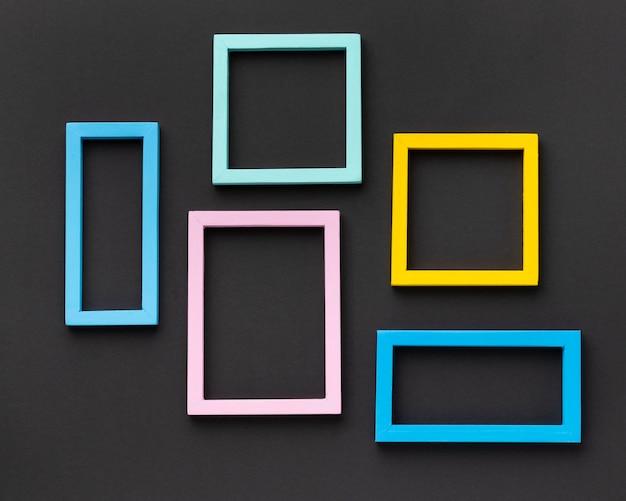 Arreglo de marcos coloridos de vista superior